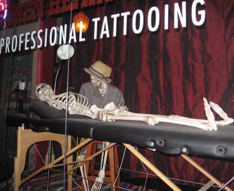 funny skeleton gets a bone tattoo