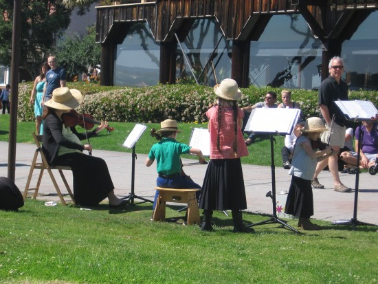 De la Motte Strings performs by Seaport Village.