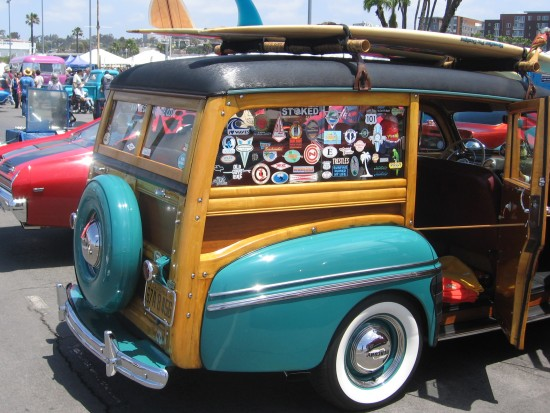 A cool woodie with surfboard!