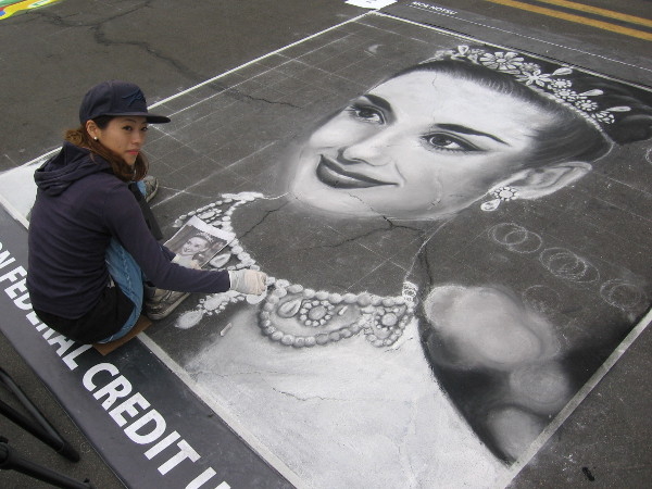 Moe Notsu was having fun creating this beautiful chalk art masterpiece!