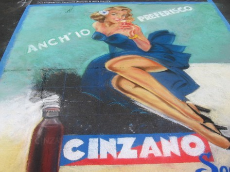 Team Arancio reproduces a classic Cinzano label using carefully applied chalk.