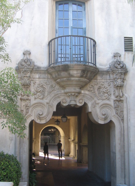 Passage by Museum of Man leads back toward El Prado.