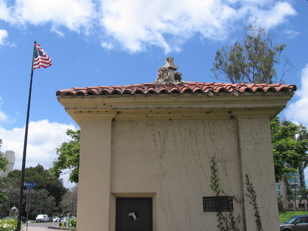 One of two guardhouses on either side of El Prado, at the west end of the Cabrillo Bridge.