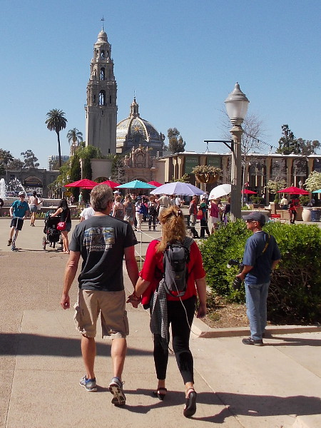 A couple walks hand-in-hand down El Prado and into the Plaza de Panama on Valentine's Day.