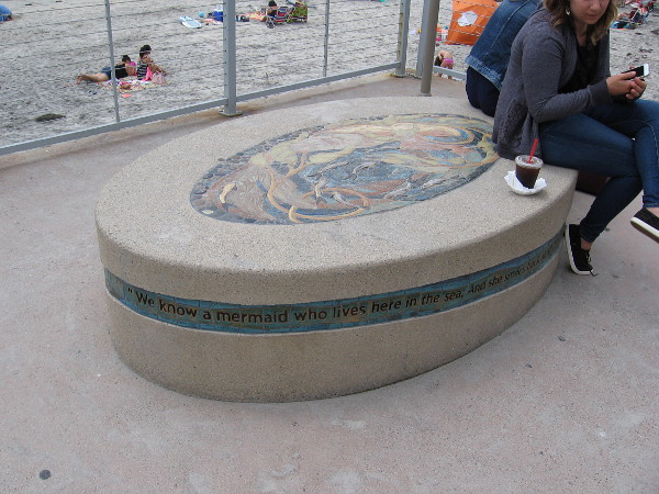 This oval seat is right next to the beach. We know a mermaid who lives here in the sea...