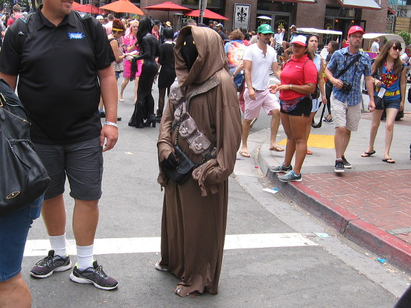 Cool cosplay of a Jawa from Star Wars.