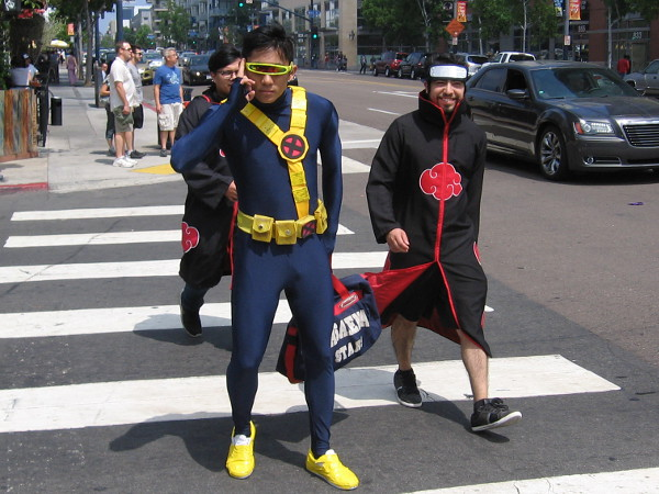 Here comes a cool cosplay of Cyclops. Don't activate your visor! I'm a good guy!