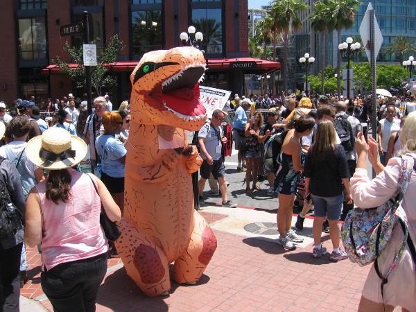 A dinosaur has been spotted roaming among the huge crowds at 2017 Comic-Con!