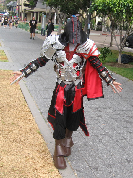 A really good Assassin's Creed cosplay at Comic-Con.