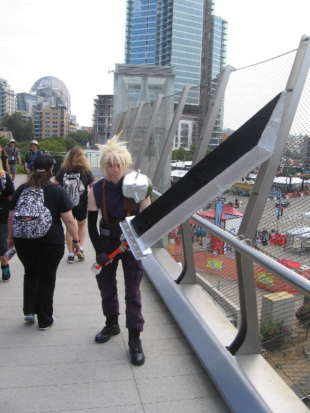 Check out that huge sword! It's a great cosplay of Cloud Strife from Final Fantasy!