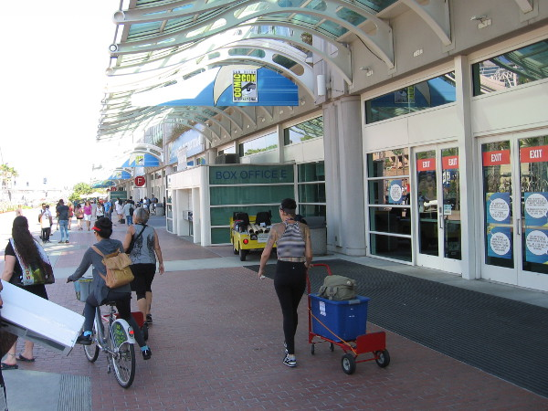 San Diego Comic-Con exhibitors are getting ready in front of the convention center!