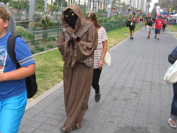 Cosplay of a Star Wars Jawa.