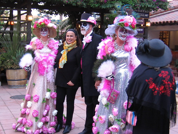 Some around the park wore fancy dresses and hats for the day, recreating the iconic Mexican image of La Calavera Catrina. There were many faces painted like fantastic skulls.