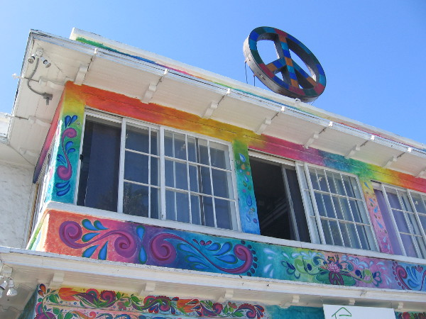 A big peace sign atop the roof of USA Hostels Ocean Beach.
