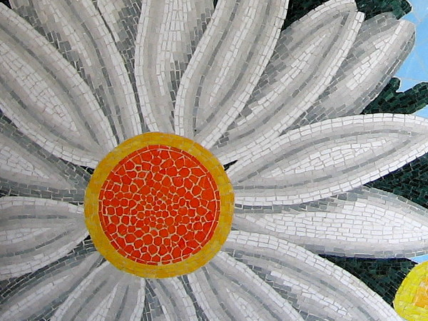 A beautiful sunflower-like zinnia made of small yellow, gold and white tiles.