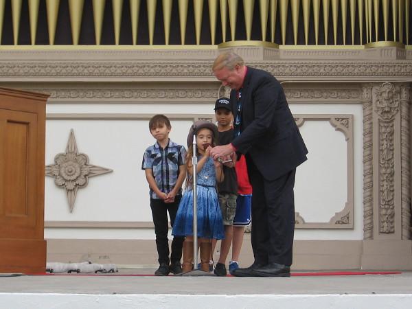 While Raúl Prieto Ramírez plays Batalla Famosa, the kids read a short sentence that introduces each part of the music.