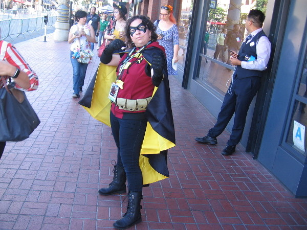 A cosplay of Robin, ready for action.