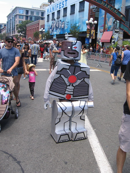 A very cool LEGO Cyborg cosplay made out of cardboard.
