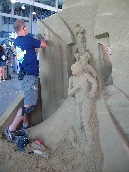 Thomas Koet at work on the back side of his triumphant sand sculpture.