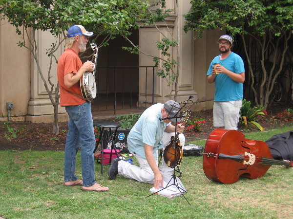 Some smiling street musicians were setting up on El Prado.