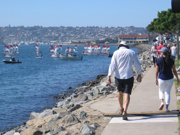Walking along Harbor Island, where various exhibitions and races are enjoyed during the 2018 Extreme Sailing Series.