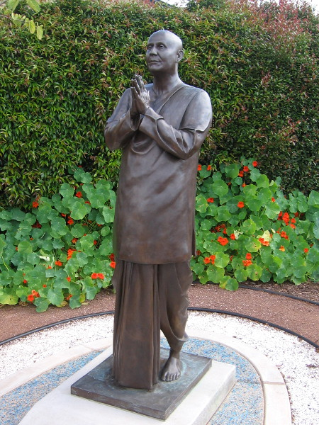 A fine bronze statue of Sri Chinmoy.
