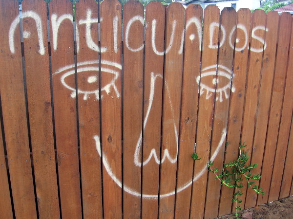 An anticuados smile on a fence.