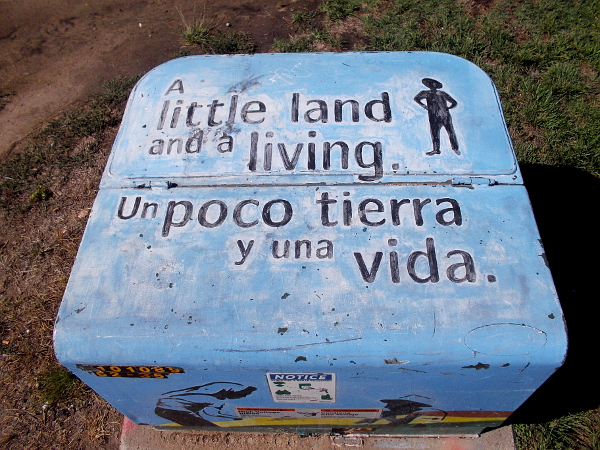 A little land and a living. Un poco tierra y una vida.
