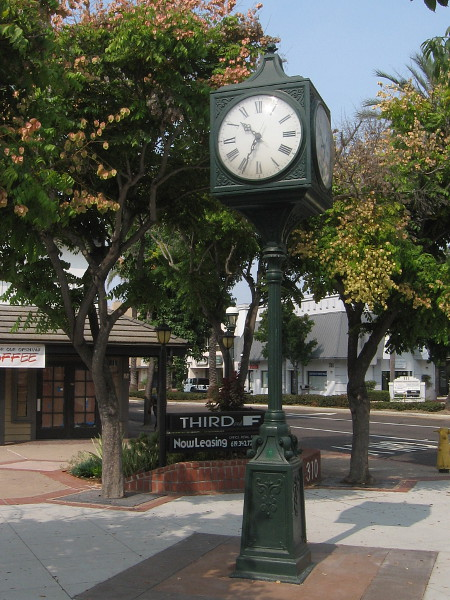 A street clock near the intersection of Third Avenue and F Street in Chula Vista.
